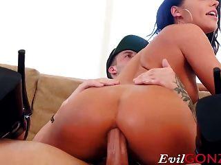 Babe bekommt ihre Pussy und ihren Penis durchdrungen