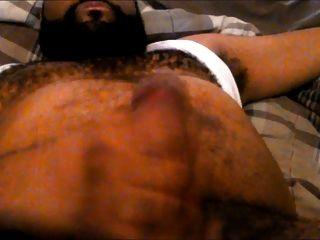 Ich zeige die behaarte Brust und den Bauch beim Wichsen an