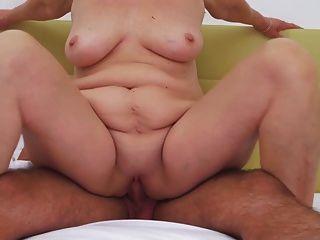 Oma Sex mit kleinen Jungen im Hotel