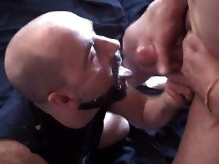 dieser Typ liebt es, sein Gesicht und seinen Bart in Sperma zu bekommen