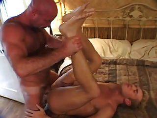 Homosexuell Bär mit seinem Liebhaber seinen Schwanz saugen und bekommen seinen Arsch