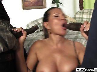teri weigel nimmt zwei schwarze Schwänze vor ihrem Sohn