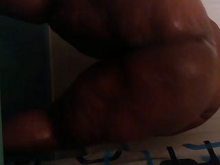 BBW masturbiert und endet in der Dusche