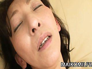 mako shinozuka: nippon milf steckt einen harten schwanz in sie