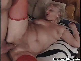 Oma wird geknallt, nachdem sie Hahn gelutscht hat