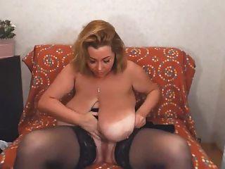 reibt Muschi mit ihren riesigen Titten