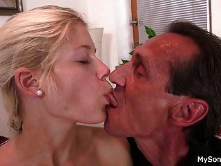 alter Mann verführt blonde Teen Mädchen in Reiten