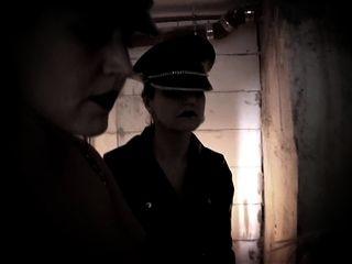 Sklave im Keller große Titten Blondine gefickt Musikvideo