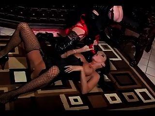 lesbische Herrin gibt ihr Sklavenmädchen einen rauen Fick