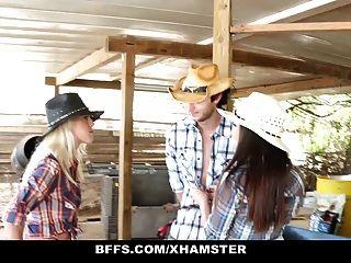 BFFs heißes Land Mädchen teilen sich einen Hahn