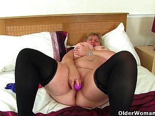 uk milf melonen marie jongliert ihre großen titten und fickt einen dildo