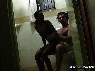 Amateur afrikanische Mädchen wird im Badezimmer gefickt!