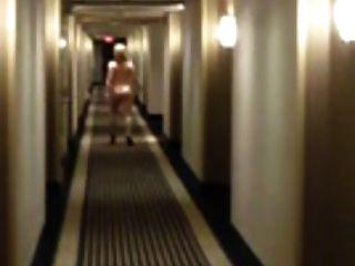 blonde Frau wagt nackt im Hotel zu gehen