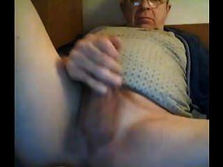 Opa cum vor der Webcam