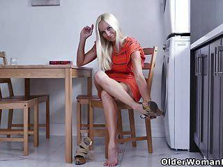 Die kanadische Hausfrau Dani wagt es, in die Küche zu reiben