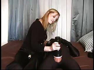 Domina Bondage junger Sklave von blonder Herrin missbraucht