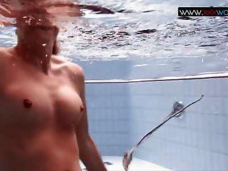 springende Brüste unter Wasser