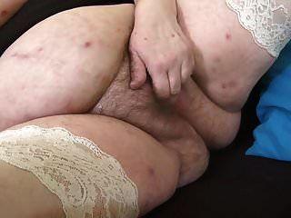 Große Mama mit großer behaarter Muschi und schlaffen Brüsten