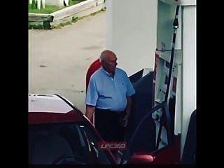 alter Kerl Penis bei Gaspumpe aus