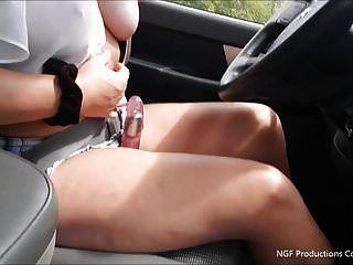 Rebell raucht und streichelt Dildo während der Fahrt