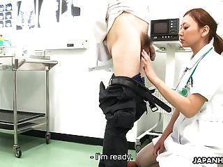 Krankenschwester saugt den Arzt ab und wird überall auf ihr Gesicht gespritzt