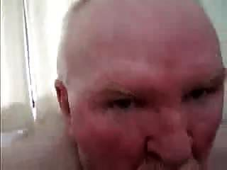 Papa Bär saugt Hahn