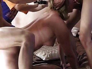 Mutter spielt regelmäßig mit Jungen aus der Nachbarschaft