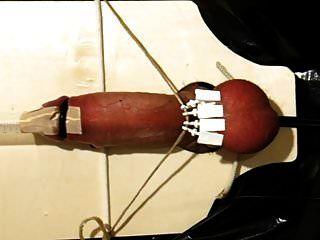Elektro Folter mit festgeklemmten Bällen