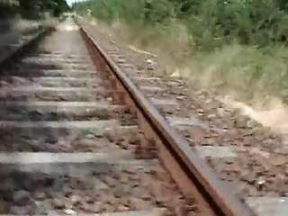 Während die Vögel sangen, hüpfte sie auf einer Eisenbahnschiene