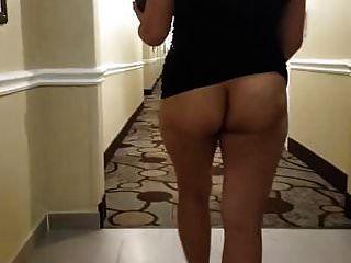 Asiatische Milf nackt im Hotelflur