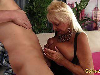 Floppy Titted Oma fickt einen Glatzkopf