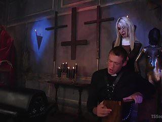 Schwester Aubrey Kate bestraft ungezogenen Priester