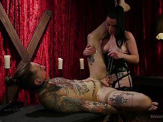 ungehorsamer Sklave mit einem dicken Schwanz gefickt
