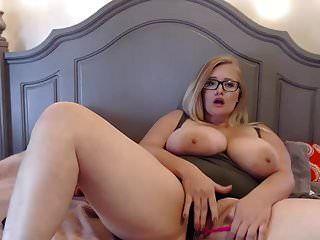 süße mollige Brille Mädchen mit riesigen Brüsten