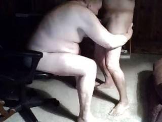 Opa saugen vor der Webcam