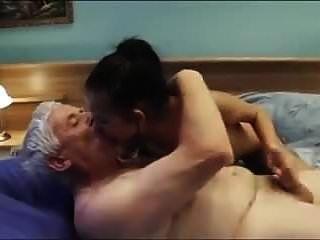 Alter Mann ruft ein sexy junges Escort-Girl mit schönen Brüsten und Cre