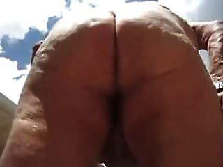 sexy Opa zeigt den Körper