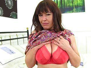 behaarte britische Mutter spielt mit ihrer Pussy