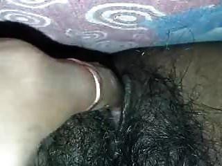 indische behaarte Muschi-Masturbation