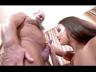 junges vollbusiges Mädchen mit altem glücklichem Mann