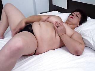 Natürliche Titten reife Oma zeigt ihre saftige Muschi