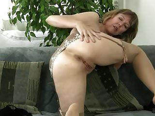reife Schlampe strippen und masturbieren