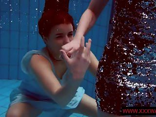 große titted haarige und tätowierte Teenager im Pool