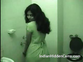 junge indische Frau beim Duschen nach Sex
