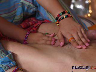 Massageräume heiße thailändische Masseurin nimmt harten Schwanz in ihren Pierc