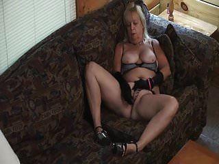 oma mit nuttigem outfit masturbiert auf der couch.