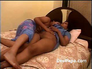 reifer indisch-lesbischer freund fingert sich saftiger puss