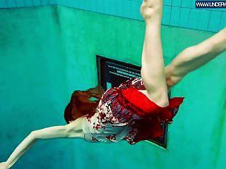 heiße polnische rothaarige schwimmen im pool