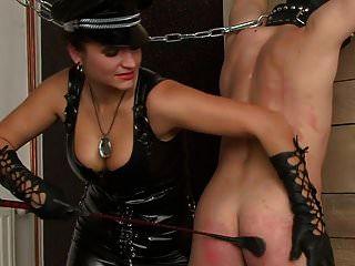 zwei russische Damen, die männlichen Sklaven peitschen
