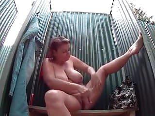 reife Frau mit großen Titten nimmt eine sexy Dusche